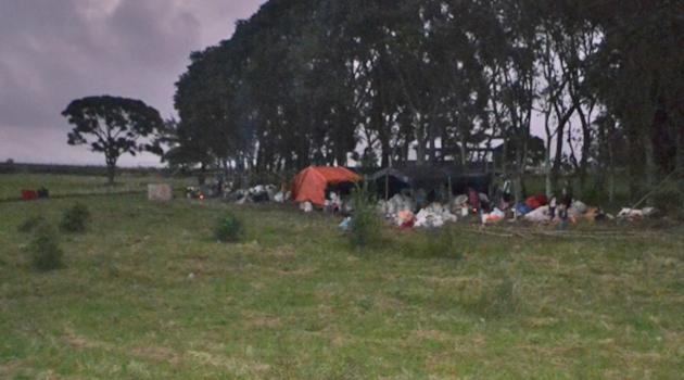 Índios caigangues se alojam em frente a escola EEPROCAR